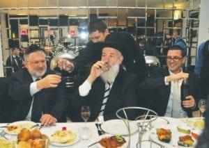 Igor Kolomojskyj (vlevo) si připíjí s hlavním rabínem Yona Metzgerem v Berlíně