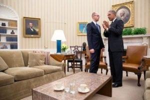 Jaceňuk (na jehož kandidátce Lidové fronty figuroval i např. Andrij Bilecký z batalionu Azov) s Barackem Obamou v Oválné pracovně Bílého domu, březen 2014.
