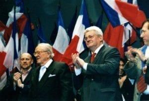 Alain Soral společně s Jean-Marie Le Penem a Bruno Gollnischem, Lyon 2007
