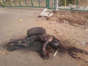 Připnutá pneumatika, polití benzínem, upálení zaživa. Další homofobní vraždy spáchaná rasistickými bílými kolonialisty v Ugandě.