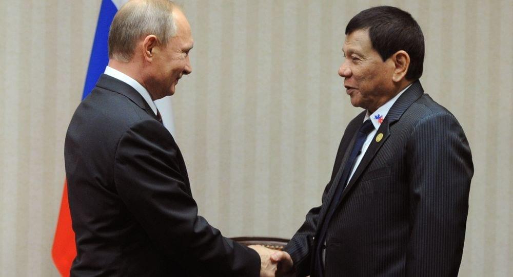Vladimír Putin a Rodrigo Duterte na schůzce v rámci summitu Rady pro ekonomickou spolupráci Asie a Tichomoří (APEC) v Peru.