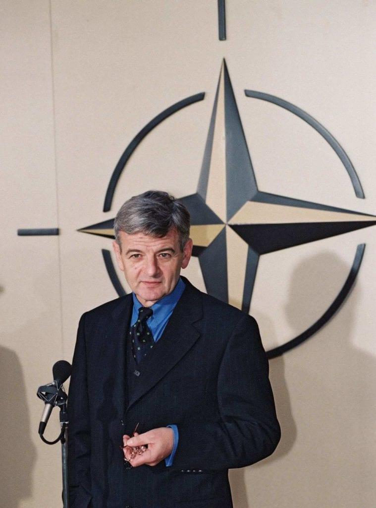 Joschka Fischer NATO Brusel 1998