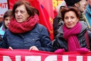 Původkyně falešné zprávy Ulla Jelpkeová, vpravo, zachycená při loni v únoru při pravidelném vzpomínkovém pochodu na počest zakladatelů německé komunistické strany Rosy Luxemburgové a Karla Liebknechta.