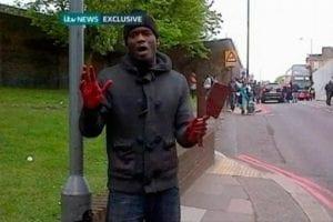 Michael Adebolajo vysvětluje kolemjdoucím Londýňanům esoteričtější body islámské věrouky